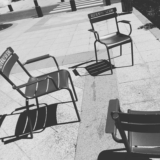 Saison ouvert ! Ici, se sont les #chaise de #neuillysurseine et bien signé au nom de la ville !!! ♡ j'adore cette coutume ♡  #parisianstyle #frenchstyle #lifestyle #instantpresent #instantprecieux #sunshine #chairs #farniente