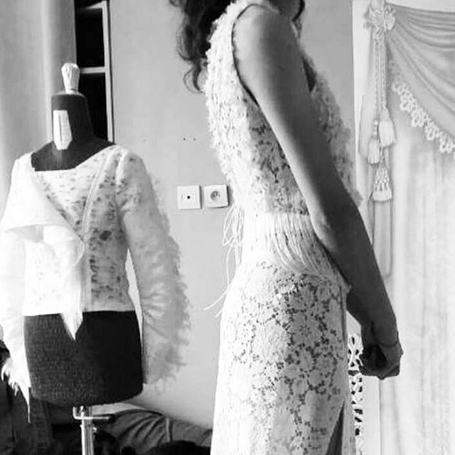 Envie des folies ?  #white #texture #surmesure  #dentelle #sophiehallette #essayage #mariageparis #creation #creationunique ♡♡♡