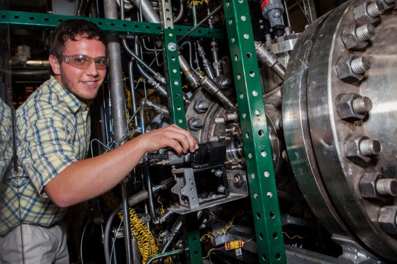 Undergraduate engineer increases efficiency and performance of fossil-energy power systems