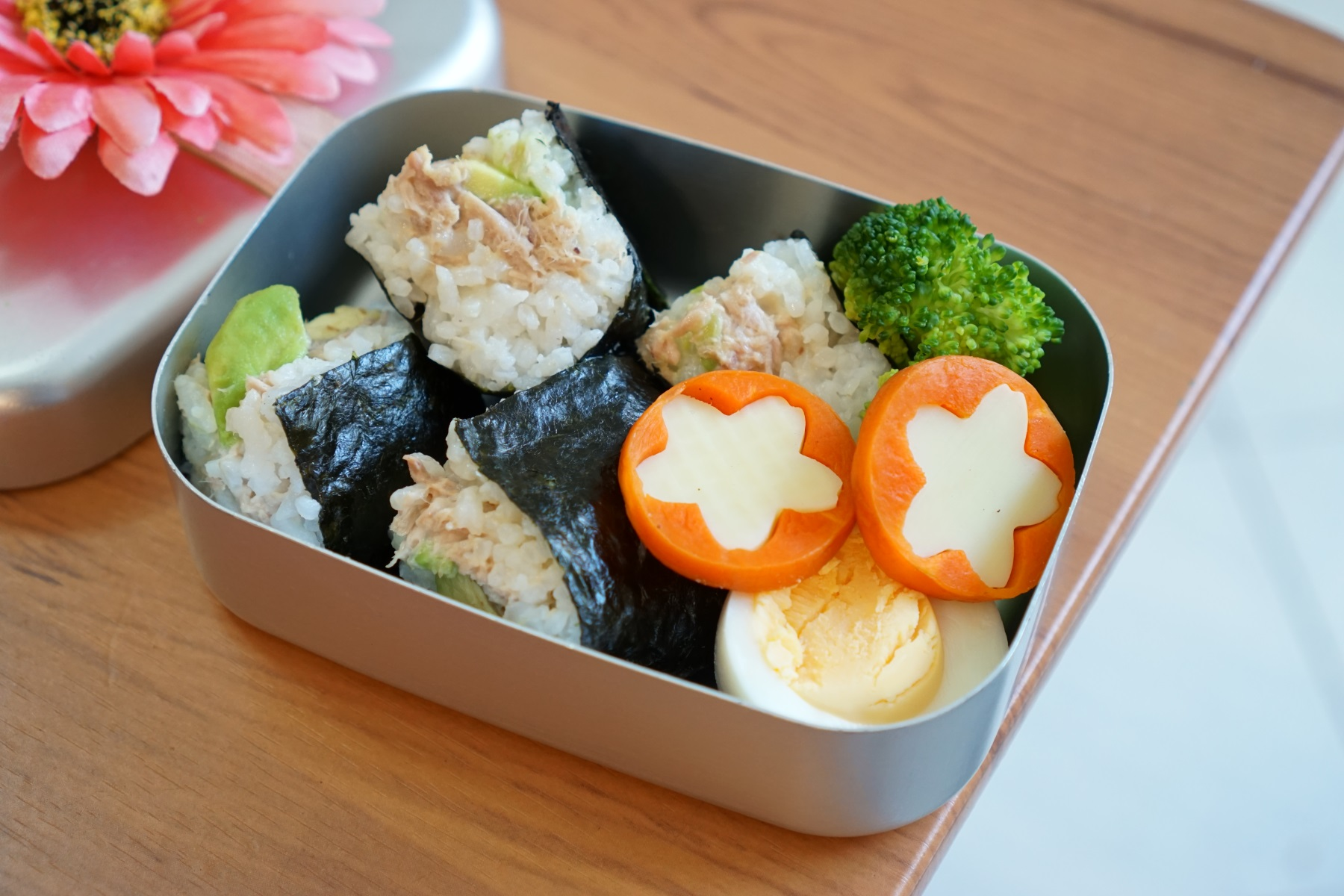 26th Tuesday  Tsuna avocado Sushi,boiled egg,broccoli and cheese in carrot.