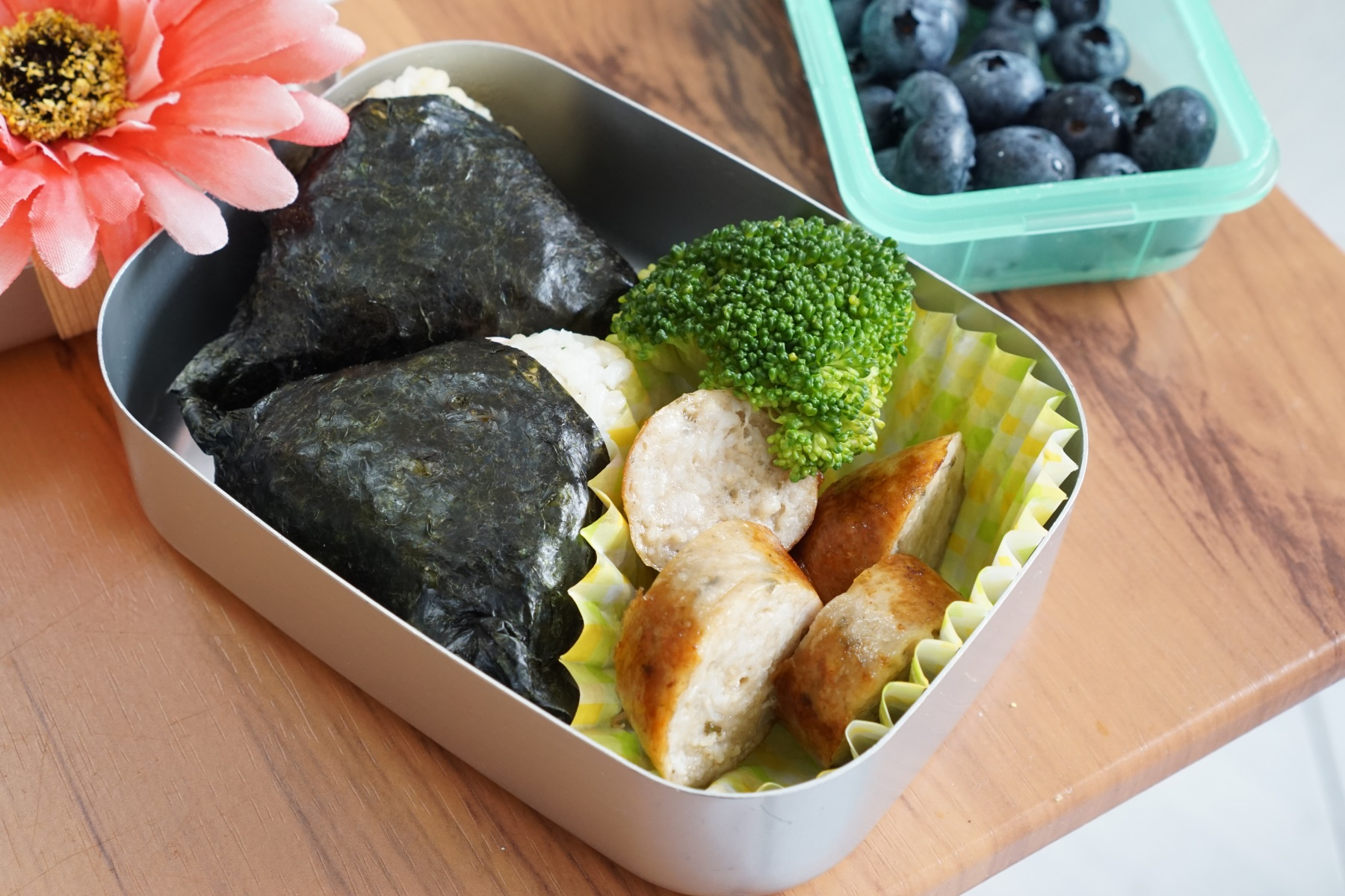 27th Wednesday  Onigiri,broccoli,sausage and blueberry.  I was lazy in that morning.sorry kids!