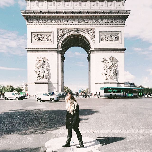 Memories from the Arc 💭 🇫🇷 ⁣⁣ ⁣⁣ These quick iPhone snaps in front of the #arcdetriomph are some of my favorite from the trip! Growing up I had seen this iconic monument in text books and movies - to be standing right in front of it was so surreal and you couldn't wipe the grin off my face 😄 Driving around it also had to have been one of the scariest and just wildest experiences...if you know you know haha! ⁣⁣ ⁣⁣ Tomorrow I have a new blog post going up about 5 Experiences you can't miss in Paris, I dare you to try and guess all 5 below ↓👀