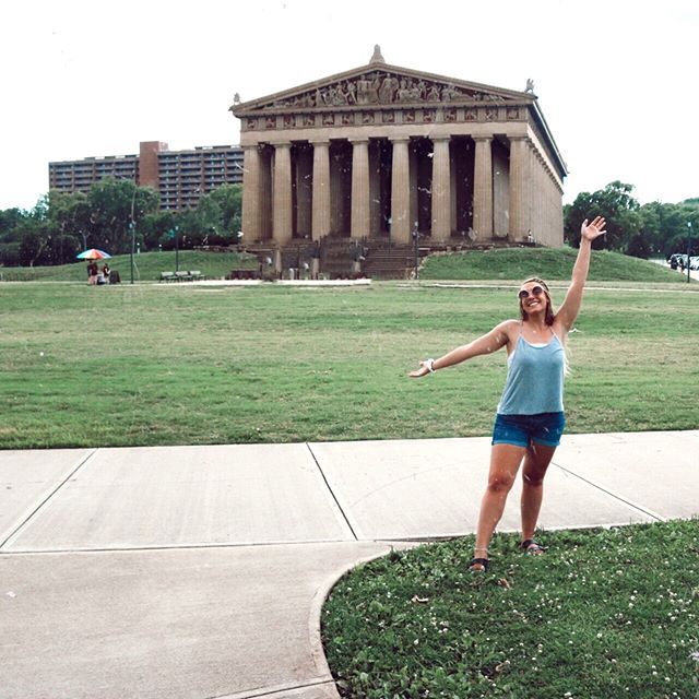 Did I really come to Nashville if I didn't pose in front of the Parthenon 😉 this is one of my favorite parks and landmarks in the Volunteer State - in fact you can see it two other times scrolling through my feed! I'll be in Tennessee for 3 more days so hit me with any must do's if you got em ↓🤗