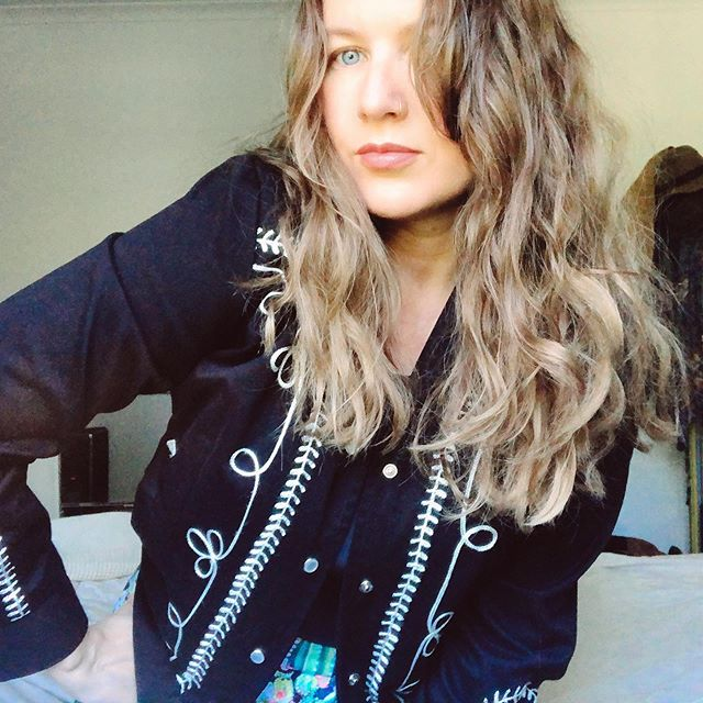 Nothing like a pearl snap western jacket 👌🏼 {thrifted jacket from @rockmountrw ,hair refresh from @paris_mcelroy } . . . . . . . . . . . . . . #bohowestern #westernboho #pearlsnap #rockmount #longhairdocare #dirtybootsandmessyhair #ootd #ootdshare #currentlywearing #whatiworetoday #fashiondiaries #stylediaries #ootd #ootdshare #lookoftheday #thriftedfinds #thriftstorefinds #etsyseller #depopseller #vintage