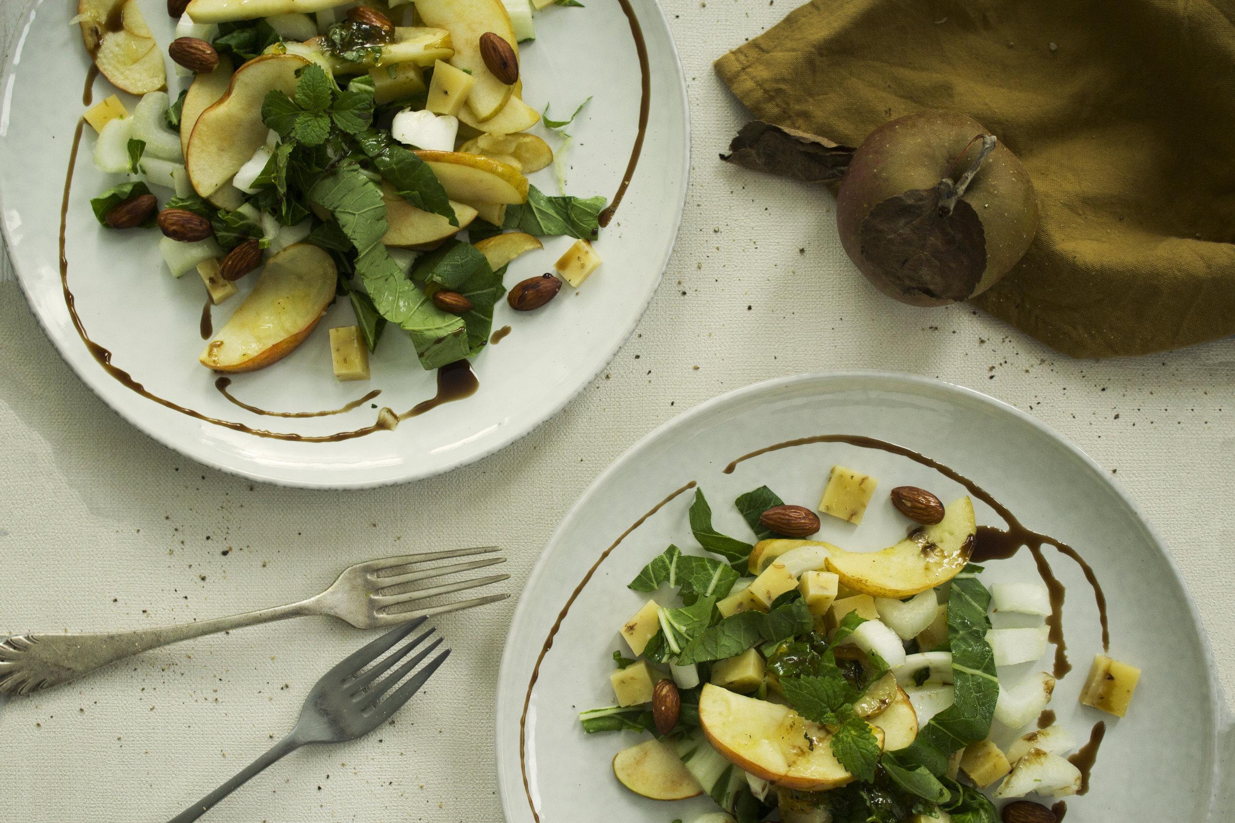 Appel-Paksoi-salade met komijnekaas