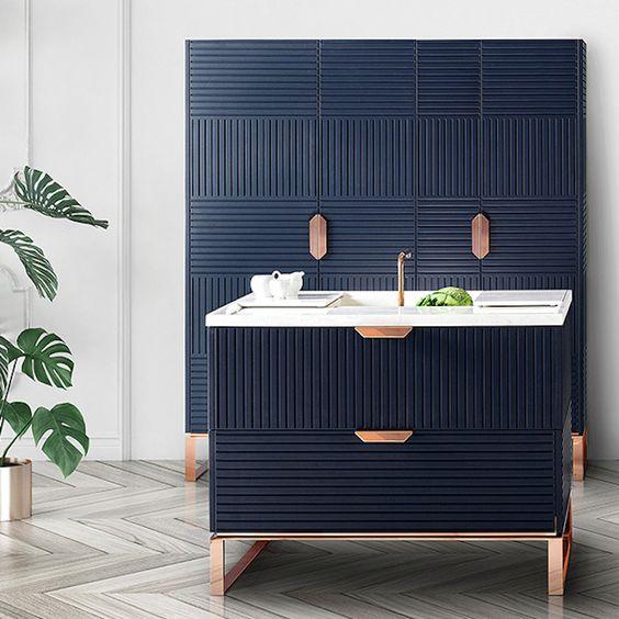 Striped carpentry in blue