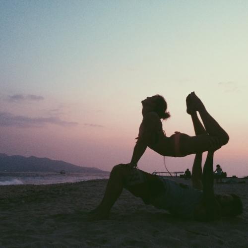 partner-yoga-acro-yoga-beach