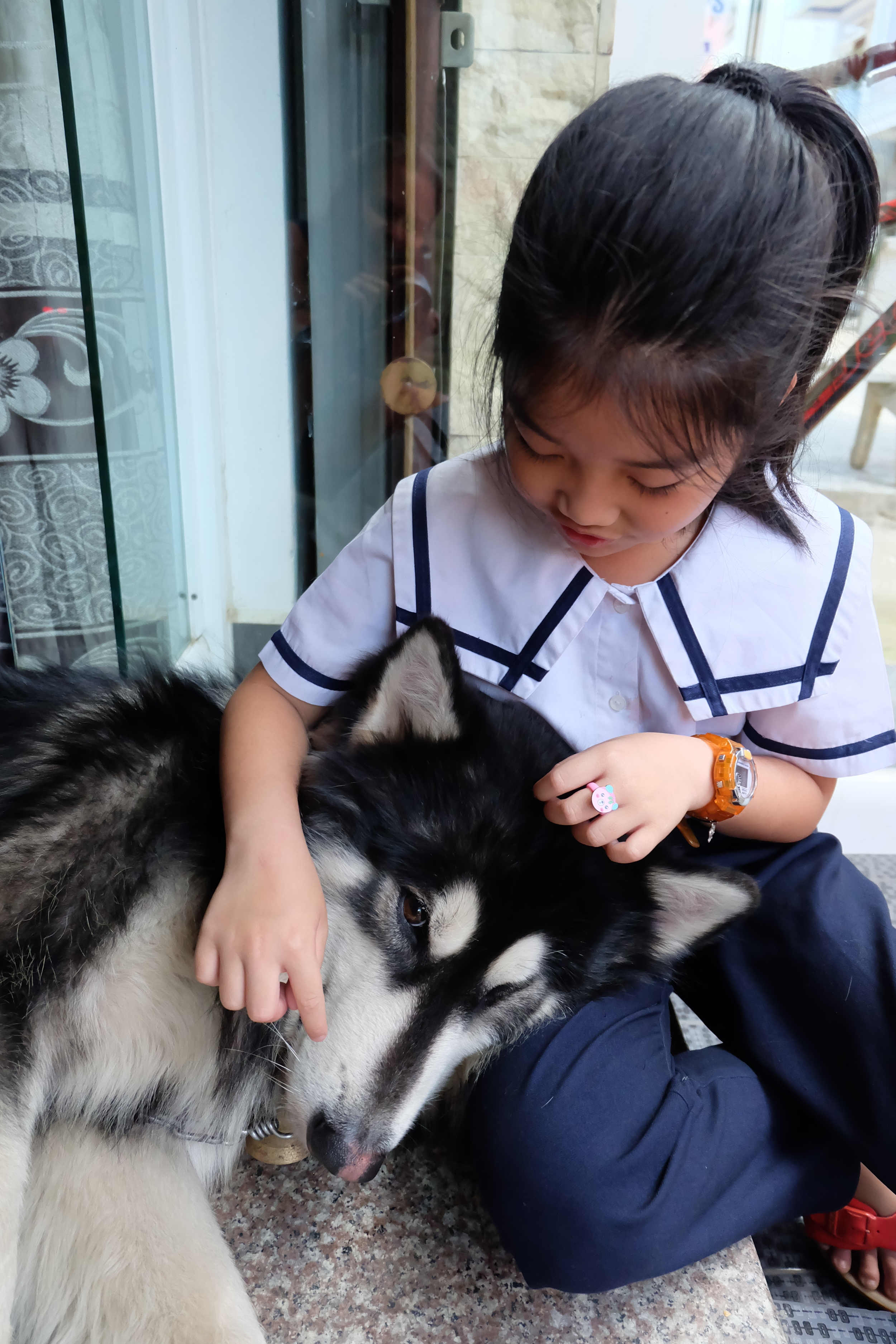 da-lat-paradise-hostel-husky-local-girl.JPG