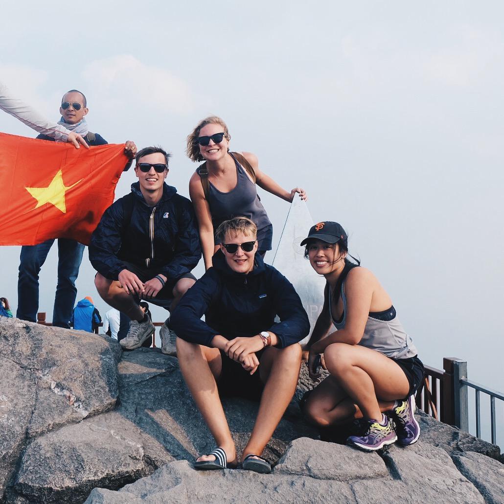 vietnam-fansipan-friends-gondola.JPG