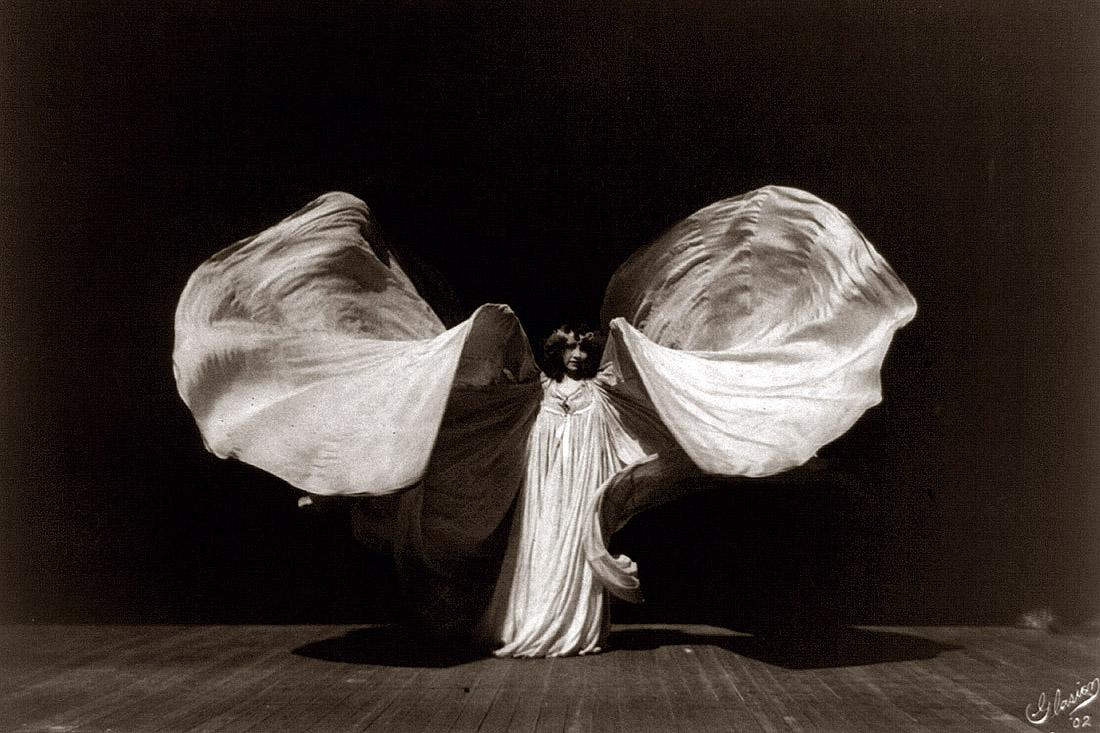Loie Fuller: Portrait of Loïe Fuller (By Frederick Glasier [Public domain]via Wikimedia Commons)