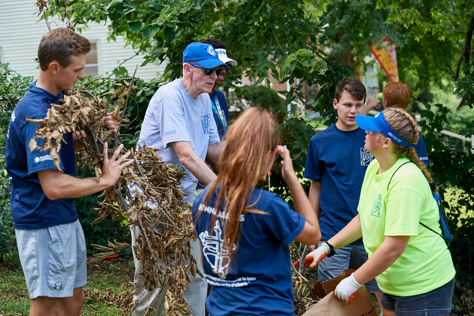 Rockhurst University's president, Rev. Thomas B. Curran, S.J., volunteered with first-year students during the annual Finucane Service Project in Kansas City, MO (photo by Rockhurst University)