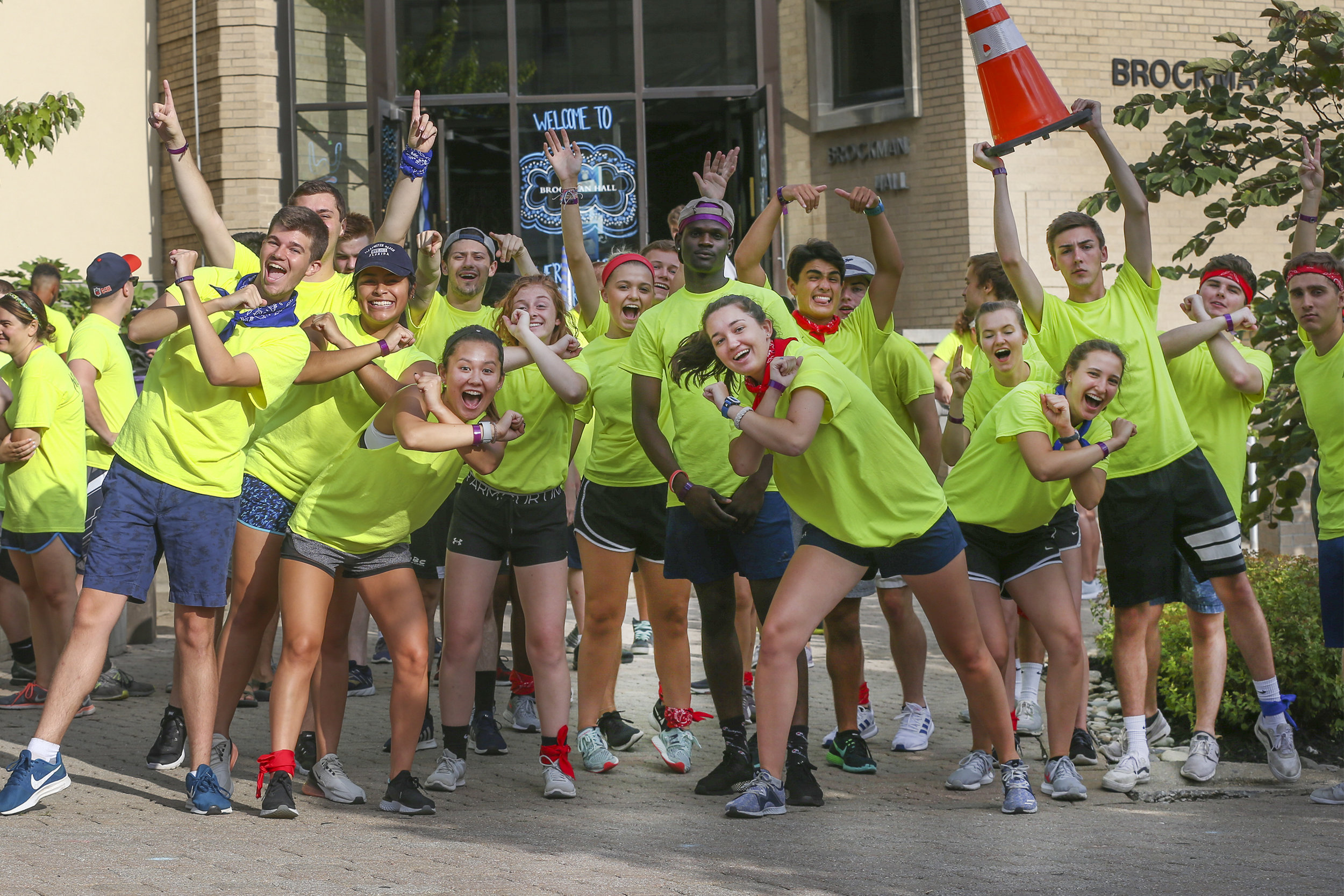 "Sophomores, juniors and seniors at Xavier University volunteered as members of the ""Move Crew"" to help move first-year students into their dorms (photo by Xavier University)"