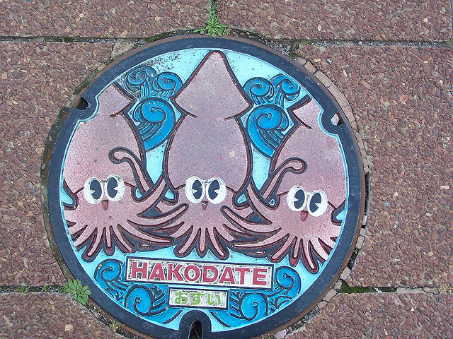An example of Hakodate, Japan's subsurface rounded closing depicts one of the cities notable seafood edibles, the squid, which can be eaten relatively fresh as it mimics a dancing motion as its served with soy sauce there.「Photo by: Flickr@Photocapy」