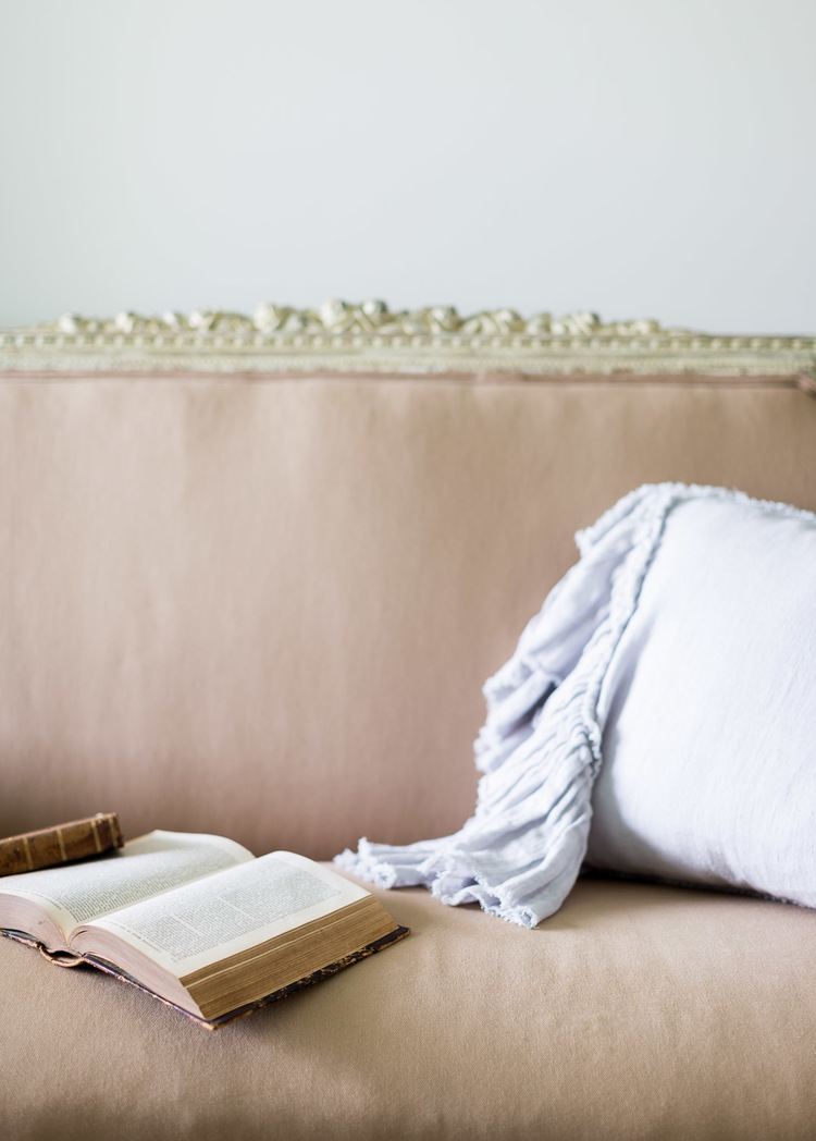 The pink vintage sofa at One King's Lane   Photography: Alyssa Rosenheck   Interior Design: Kim Leggett