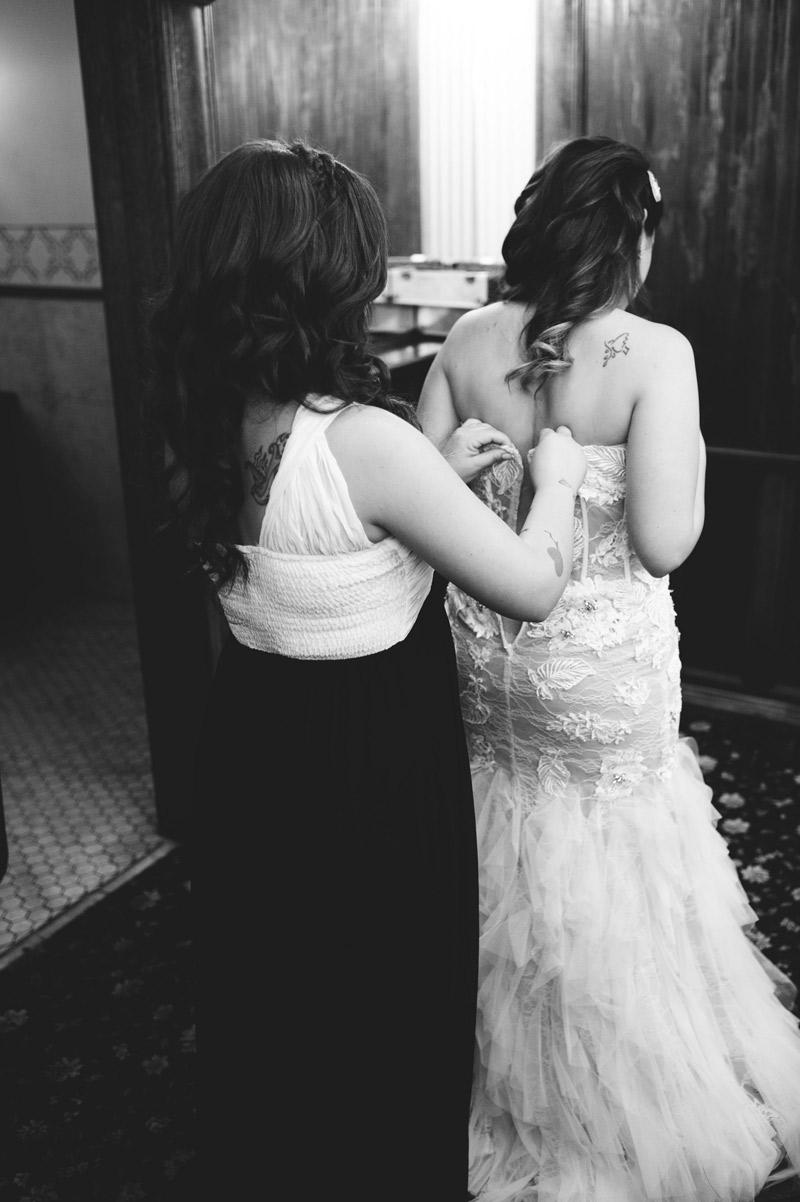 ceviche orlando wedding: putting on dress
