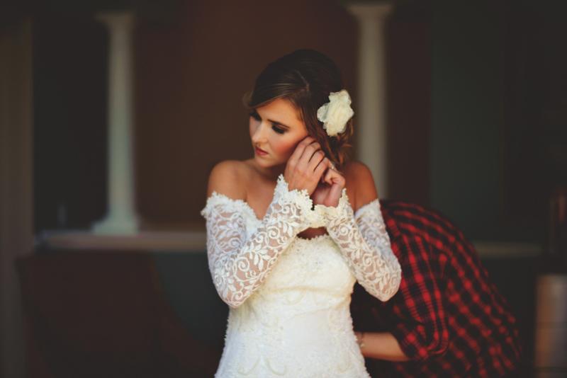 backyard wedding tampa: bride putting on earrings