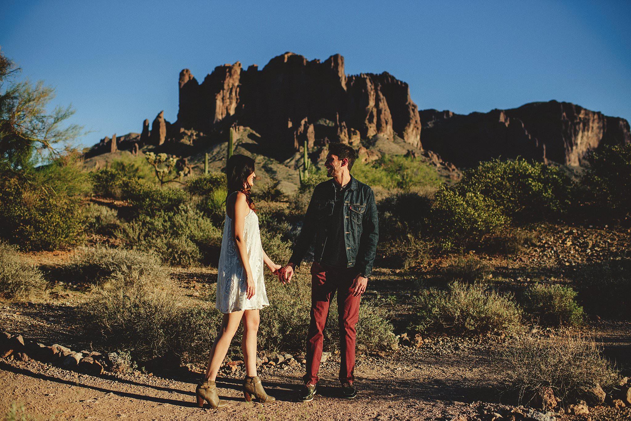 superstition-mountains-desert-engagement-photos-0005.jpg