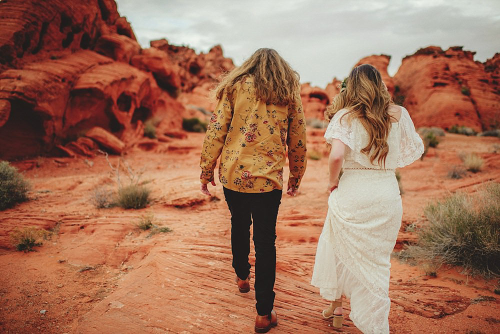 valley of fire engagement photos : walking