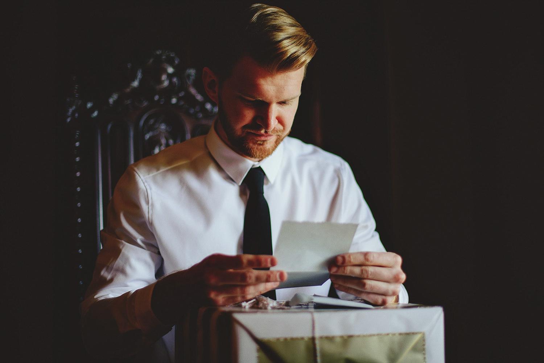 casa feliz wedding photos: groom reading letter