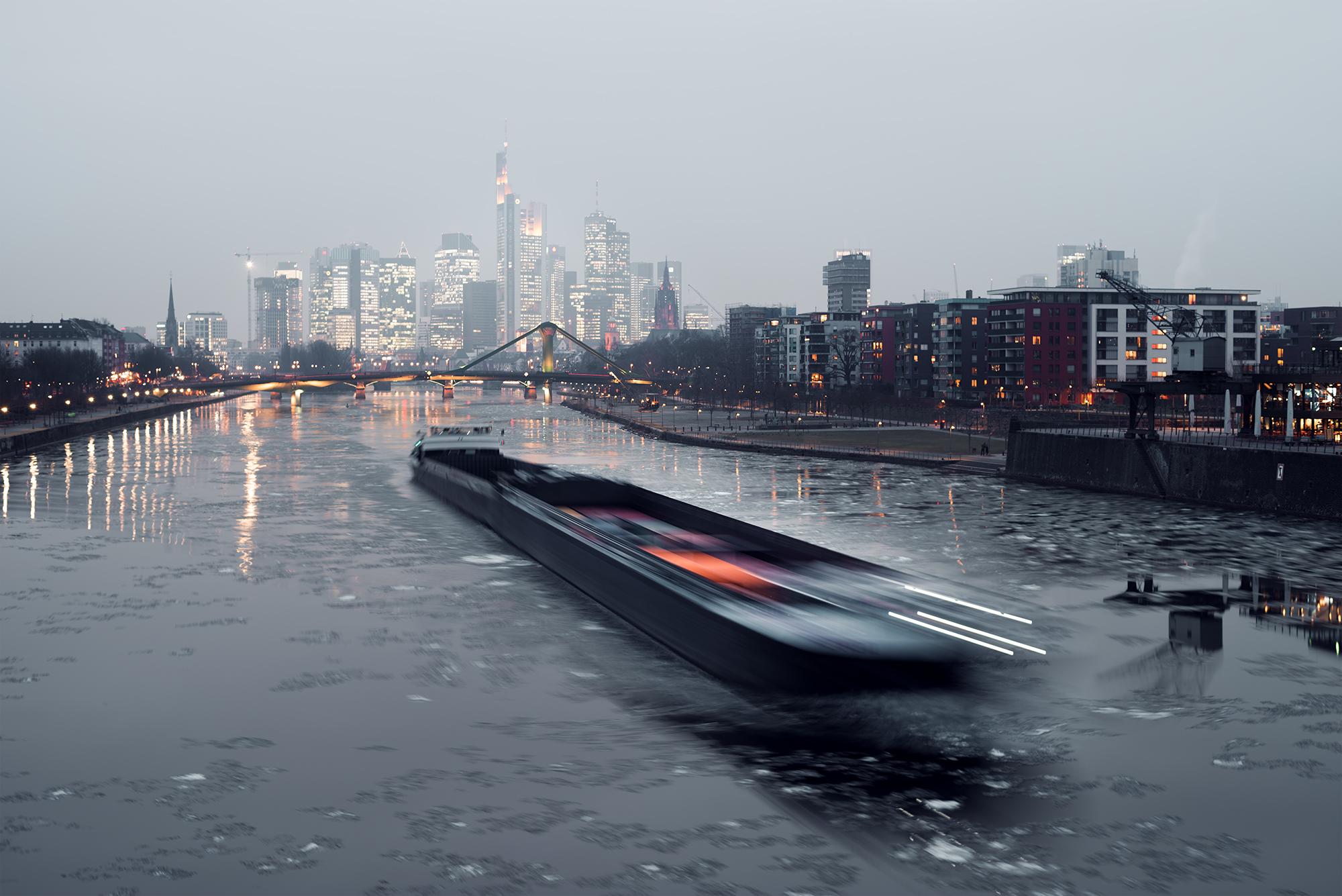 Durch die etwas längere Belichtungszeit von ca. einer Sekunde wirkt das Schiff im Vordergrund verschwommen.
