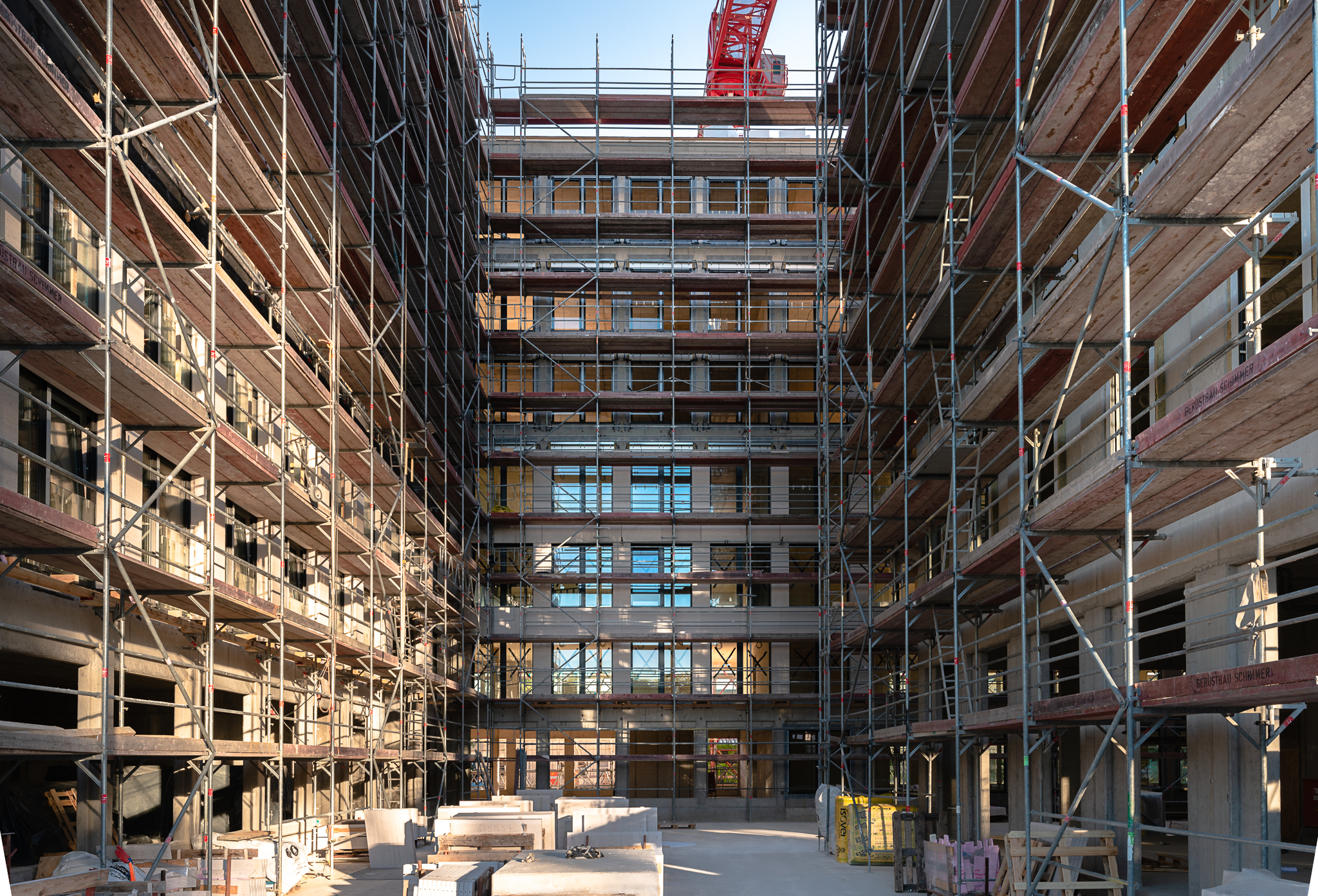 Baustellengerüst an der Fassade des Rohbaus
