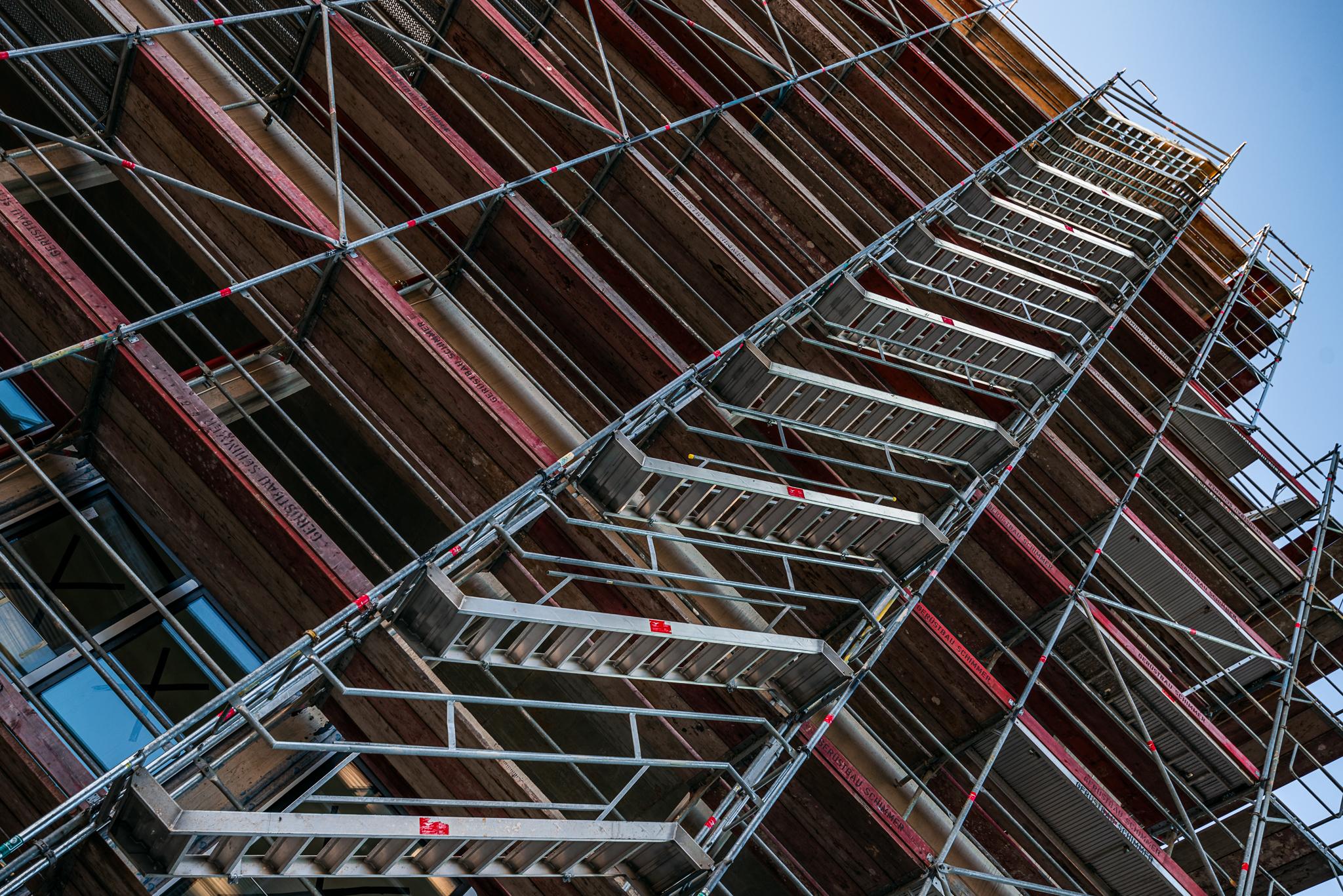 Treppe am Gerüst des Baus