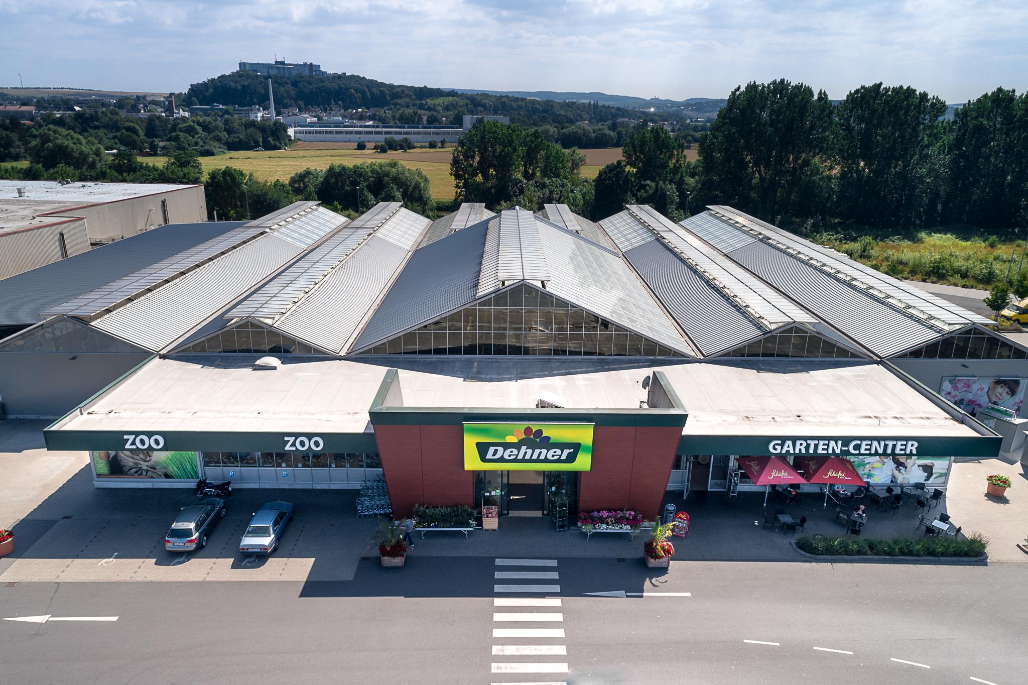 Luftaufnahme eines Einkaufszentrums im Gewerbegebiet