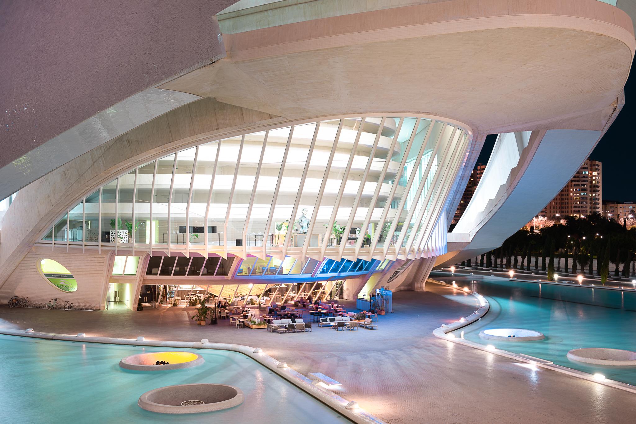 Immobilienfotograf: Nachtaufnahme moderner Architektur, Außenaufnahme der Glasfassade