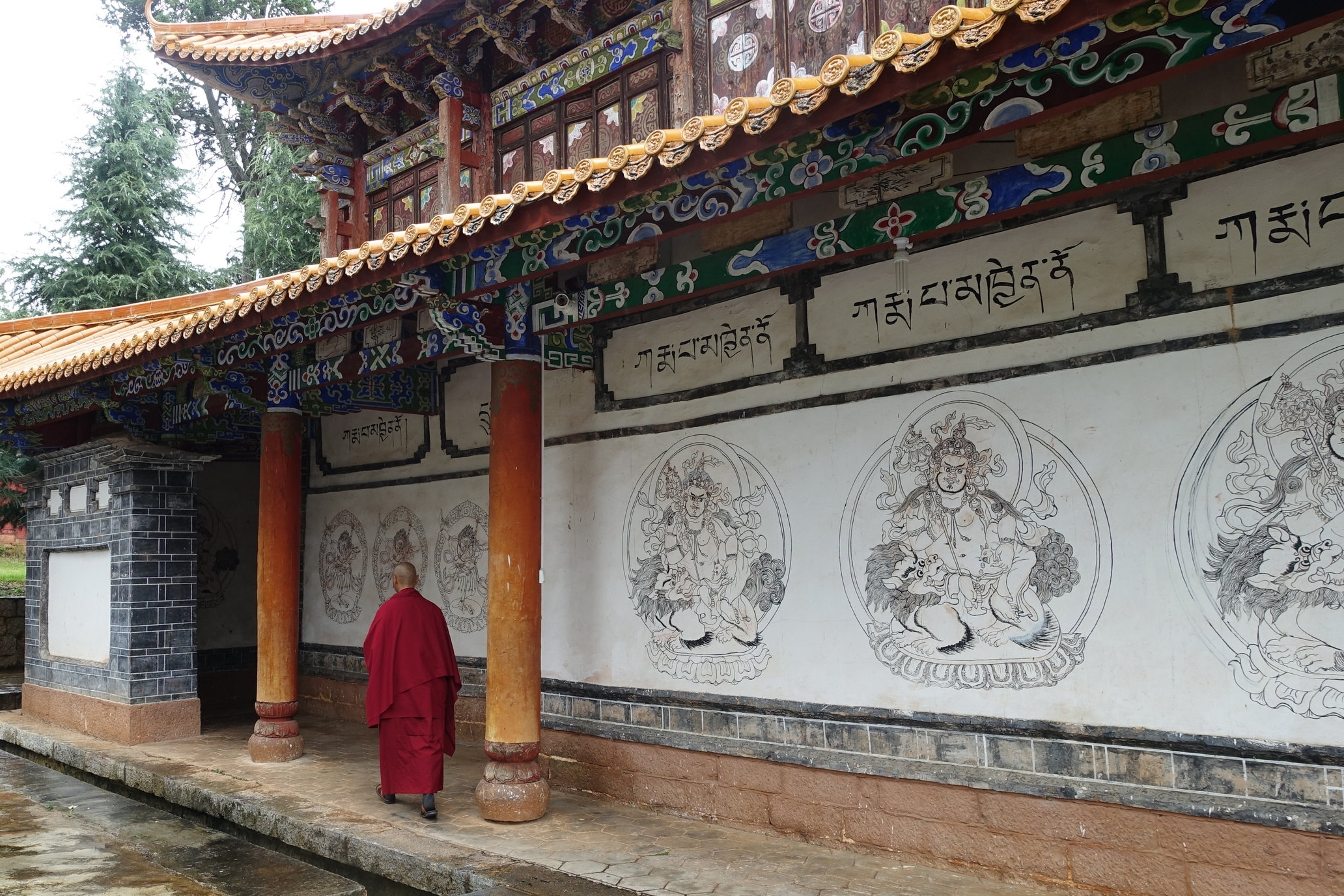 Between religious and popular customs, between rural tradition and urban modernity, Lashihai truly is a unique place to visit.