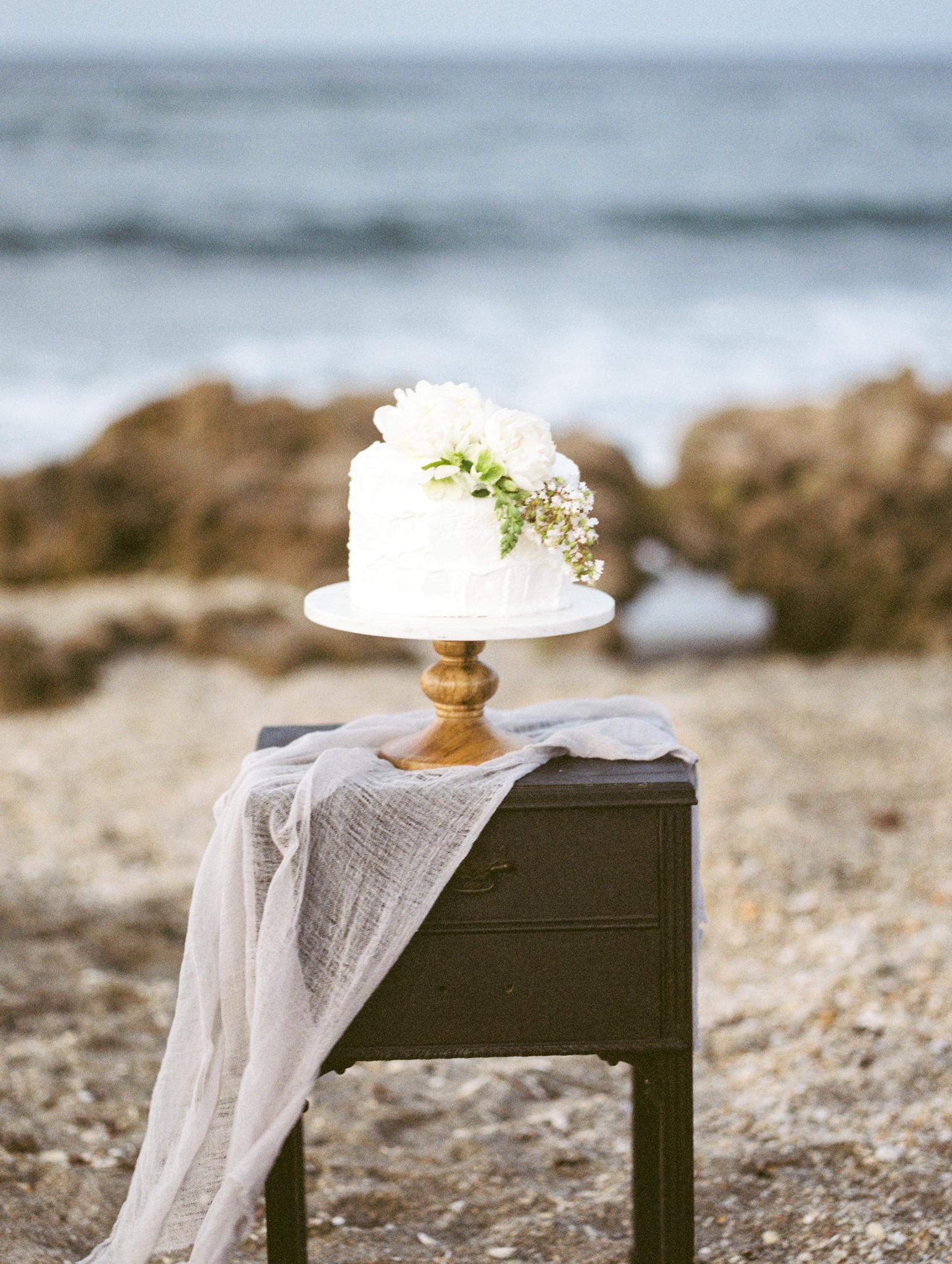 coral cove, jupiter beach FL, palm beach wedding photos, wedding cake from publix