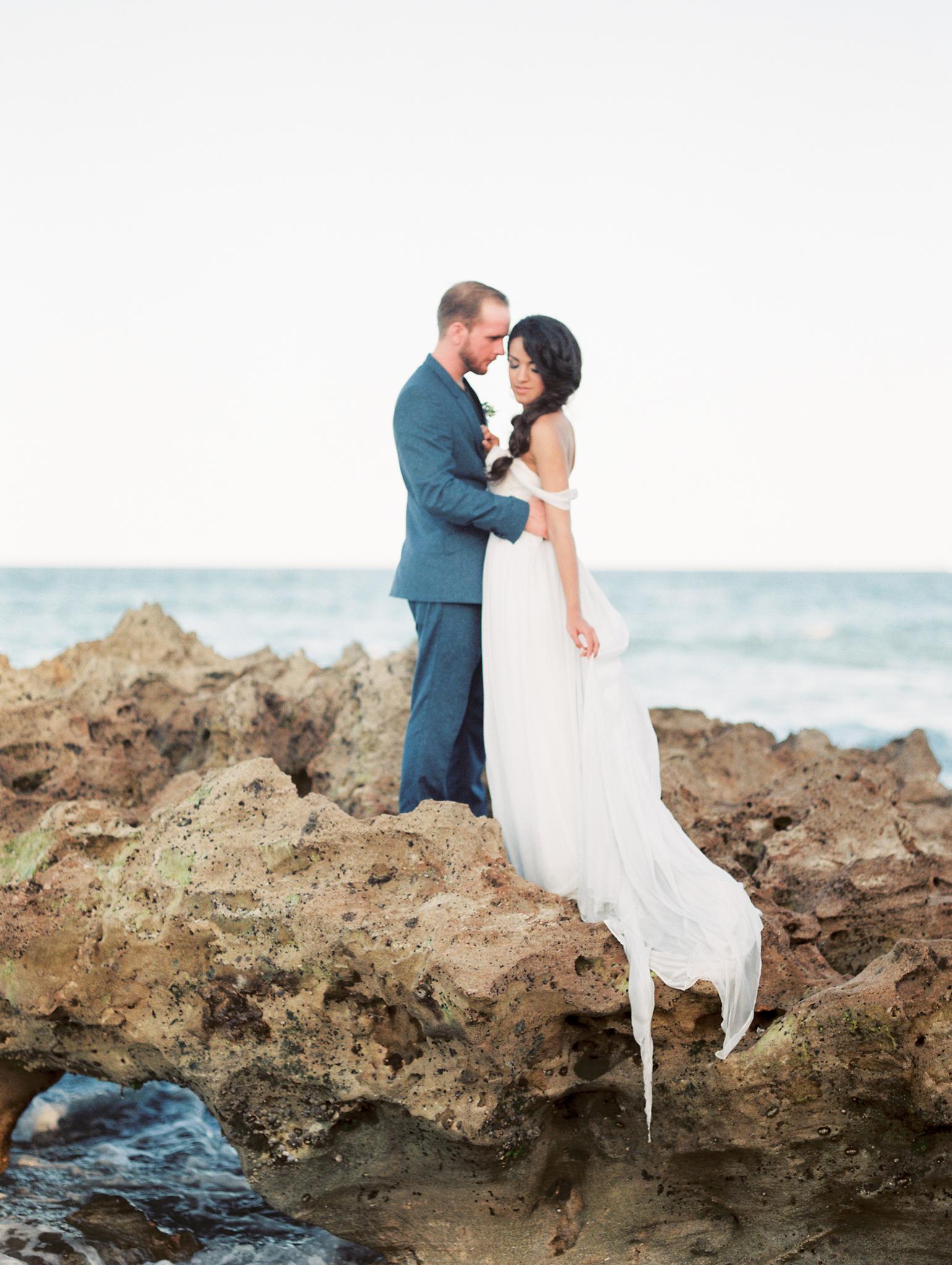 coral cove, jupiter beach FL, palm beach wedding photos, bride and groom on rocks