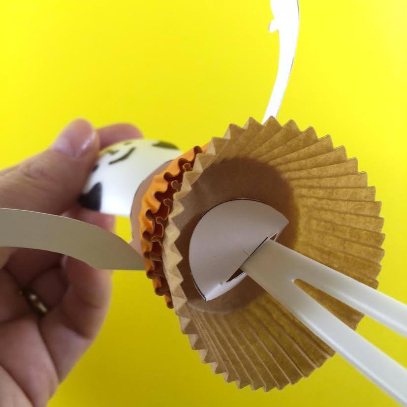 Intercale as forminhas com circulos cortados no papel mais grosso para evitar que as forminhas fiquem escoregando