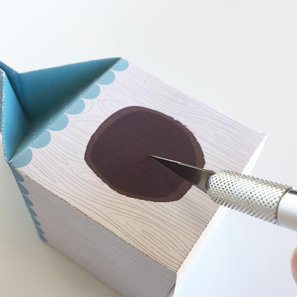 Faça um pequeno corte com o estilete para encaixar o passarinho