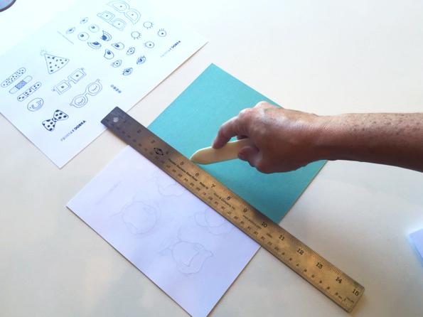 Use uma folha dobrada para marcar o centro e faça o vinco na capa