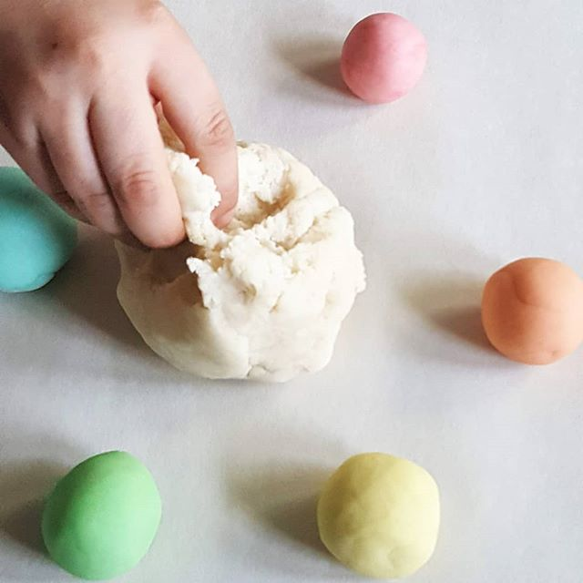 "A dear friend came to visit this weekend! Talking about life and the sweetest parts, she mentioned how her granddaughter LOVES playing with dough, ""but I can't give her all the colors because she just mixes them all together"" I knew I had to show her this new, super simple saltdough recipe. See, kids HAVE to mix, just to see what will happen, just to try it... So, give them something that's meant for squishing and mixing, something you can always make another batch of with stuff around the house.  I'm gonna tell you all about it, including the lovely woman who shared this recipe with me, this week on my blog. If you'd like to receive simple creativity tips and idea starters two times a month, sign up for the Curious Ground newsletter. Link in bio, yo!"