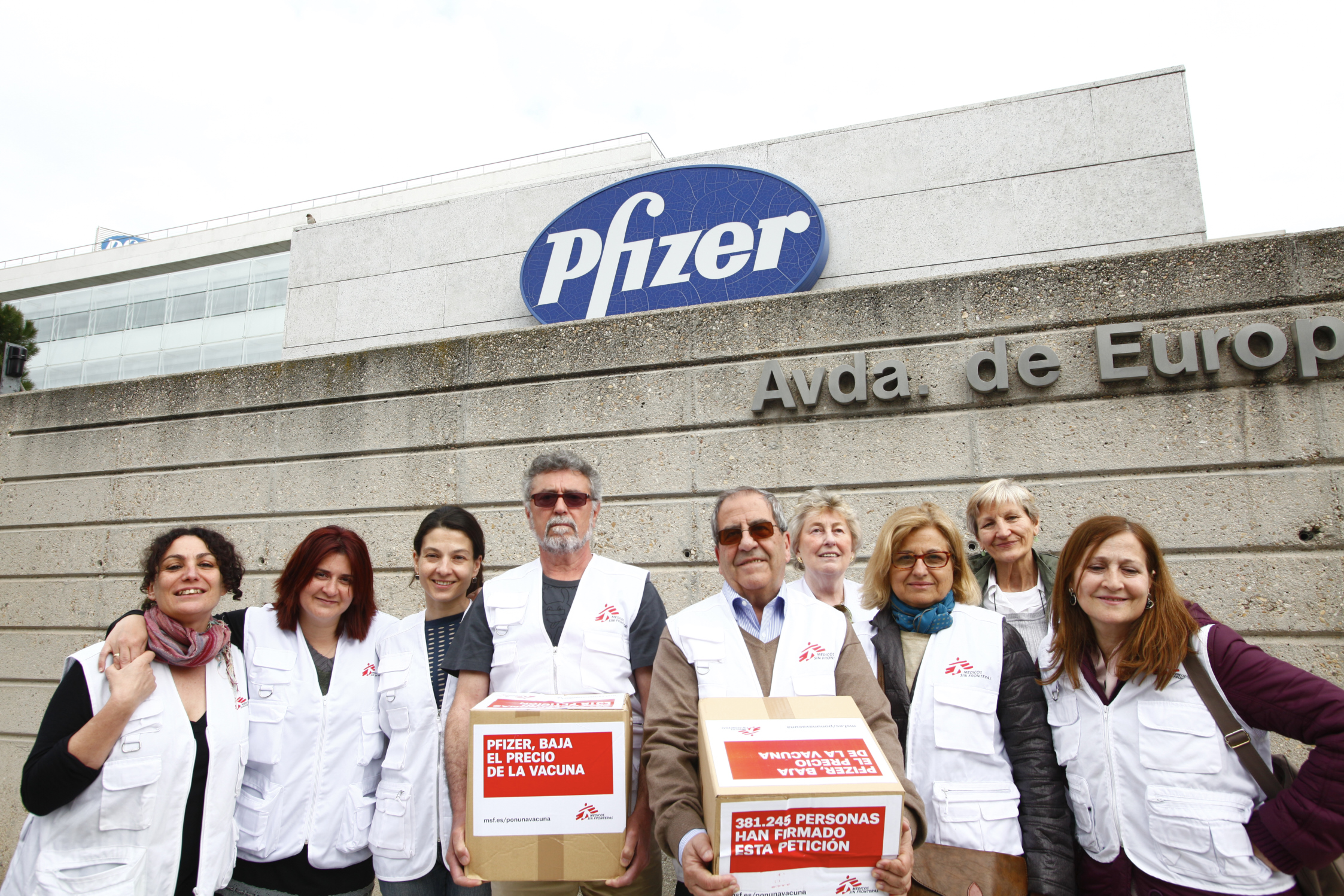 Doctors Without Borders delivers petition signatures to Pfizer in Madrid.