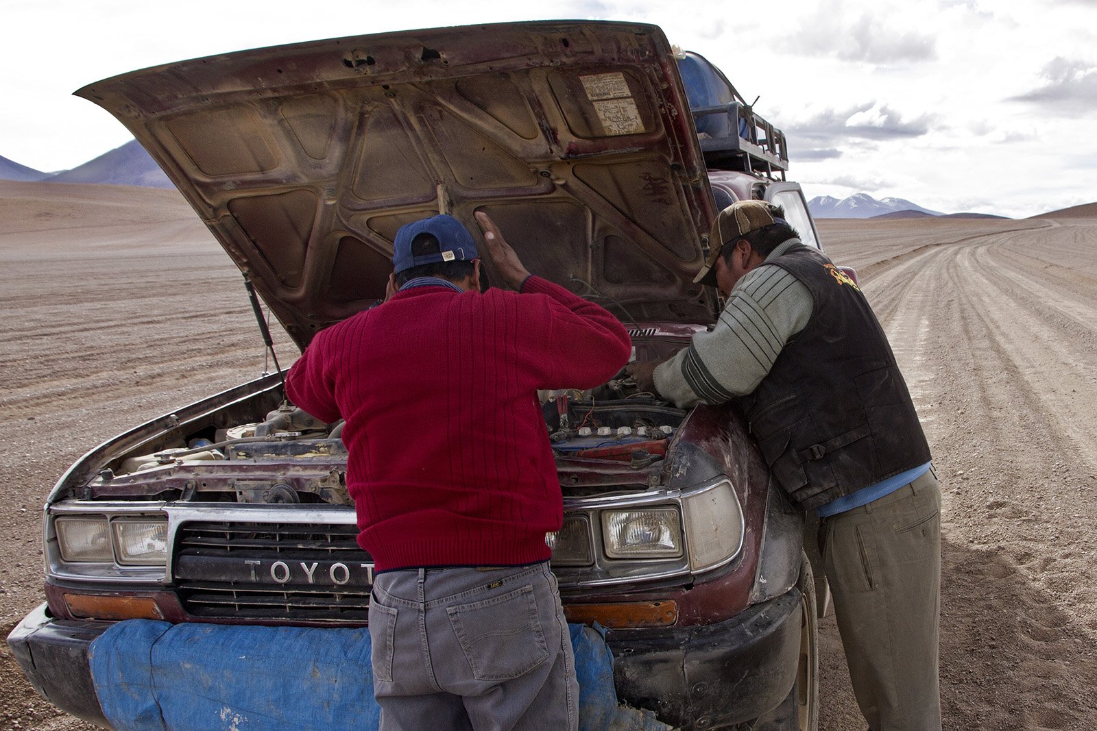 Uyuni Land Cruiser break down.jpg