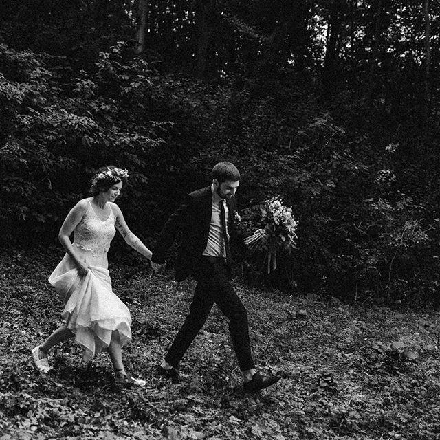 Gréti és Vili laza, vegán esküvőjét minden szempontból imádtuk.  A különleges helyszínek, ahol a páros fotókat készítettük, a megható fogadalommal egybekötött hajtincs–áldozós szertartás és a napot őrült bulizással záró punkoknak köszönhetően ezt a napot biztosan nem fogjuk elfelejteni soha. 💛
