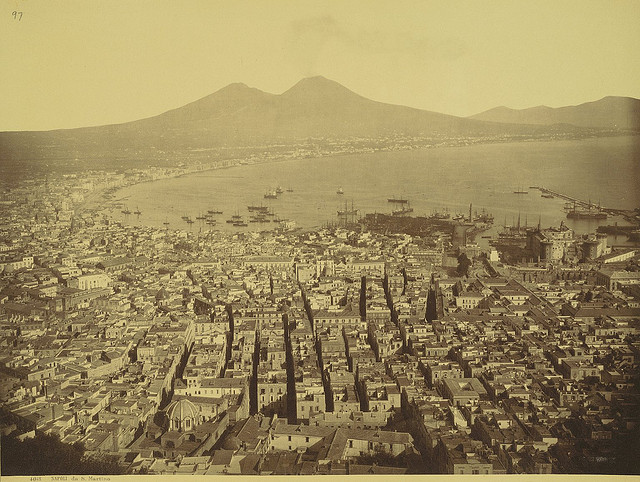Paisaje de la ciudad de Nápoles con el volcán Vesubio al fondo de la bahía. Fotografía de libre uso tomada de Flickr The Commons.
