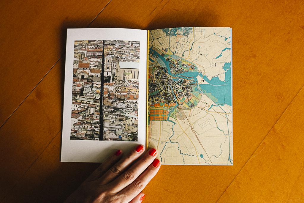 Fotolibro  Larendon  editado en el taller de fotolibros colectivos  Las ciudades invisibles  de Caravanbook en la Biblioteca de la Facultad de Bellas Artes de la UCM. Programa [AC] - Acciones Complementarias.