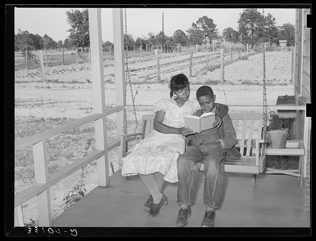 A mother reading to her son in Marshall, Texas, 1939. Photograph by Russell Lee, courtesy Library of Congress Prints & Photographs Division.
