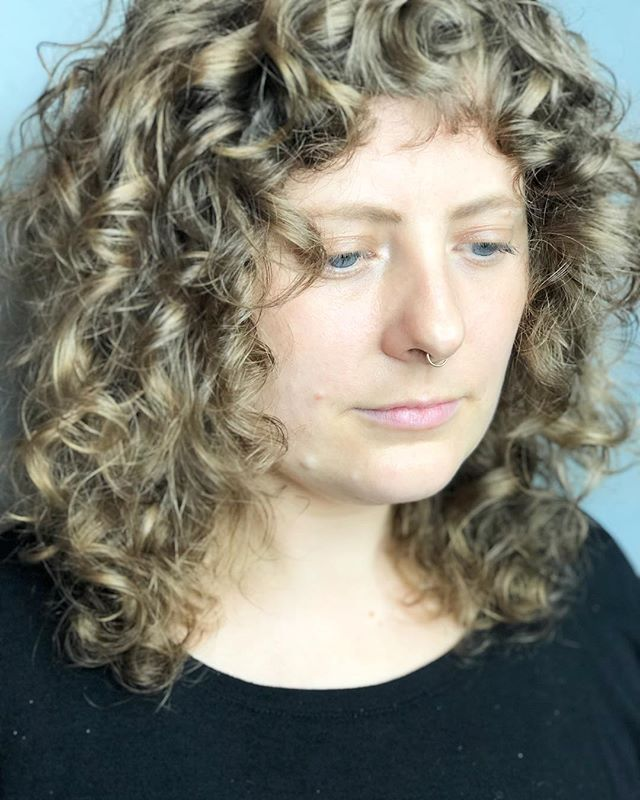 Channeling those Natasha Lyonne in Russian Doll vibes with this curly shag😎 styled with @evohair headmistress + liquid rollers + salty dog. . . . . . . #tashadoeshair #tashacutit #mainehairstylist #mainehair #mainecurlspecialist #curls #naturaltexture #evohair #hairbrained_official #shag #shagcut #curlyshag #portlandmaine #newenglandhair