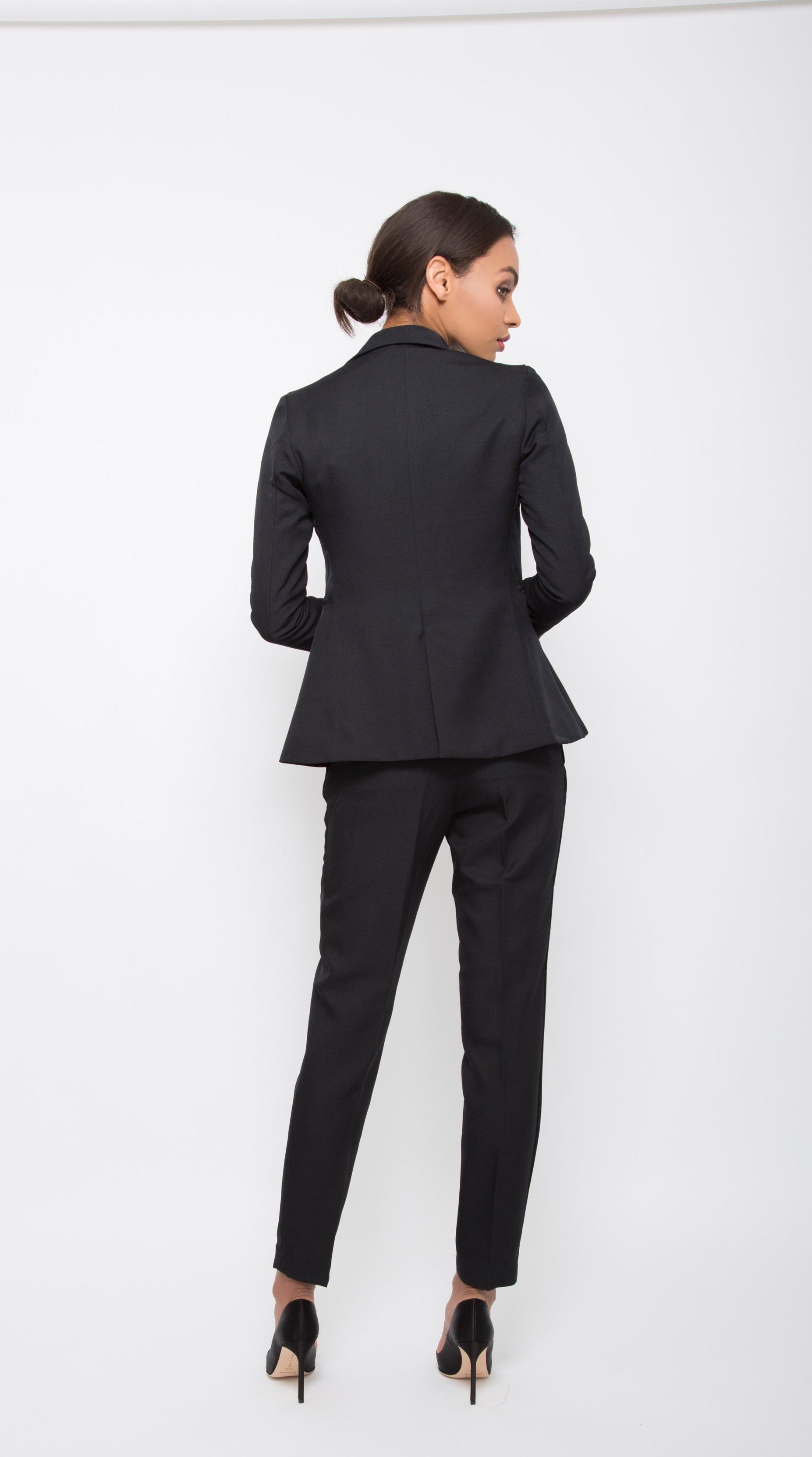Flatterig Black Pant Suit