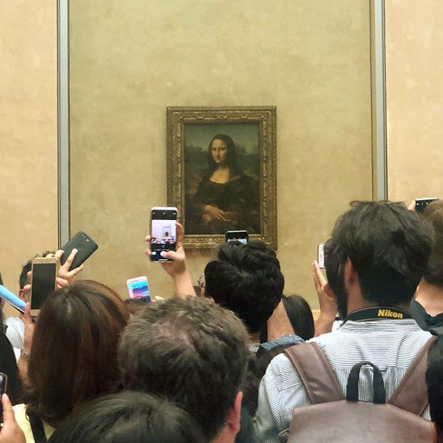 Everyone wants a picture with Mona Lisa!⠀ .⠀ .⠀ .⠀ #paris #instapassport #travelgram #traveling #travelers #explorer #exploring #wanderer #travelbug #travelblogger #travelphotography #travellife #travelpics #traveladdict #instatravel #instatraveler #passport #vacation #tripstagram #Traveler #Wanderlust #SoloTravels #TLPicks #davinci #destinations #luxurytravel #france #visitparis #louvre #monalisa
