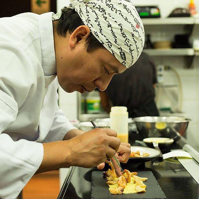 """Nuestro Chef @santinyde (Santiny de los Santos) siempre cuida los detalles de cada uno de sus platos, obteniendo la fusión y sabor nikkei que nos caracteriza.🔝🔝 . ¡Gracias Santiny por participar en el evento - """"Toshiro: El Legado"""", un homenaje hacia Toshiro Konishi y por ser parte de esta gran familia! ❤ . . . . . . #toshi #nikkei #lovefood #love #instagood #makis #sushi #picoftheday #food #igers #instagram #instamood #photography #foodporn #instapic #instafood #instacool #gastronomy #foodstagram #peruvianfood #comidajaponesa #japanesefood #Lima #Peru #gourmet #toshifans #trendy #instafoodies #fooddies"""