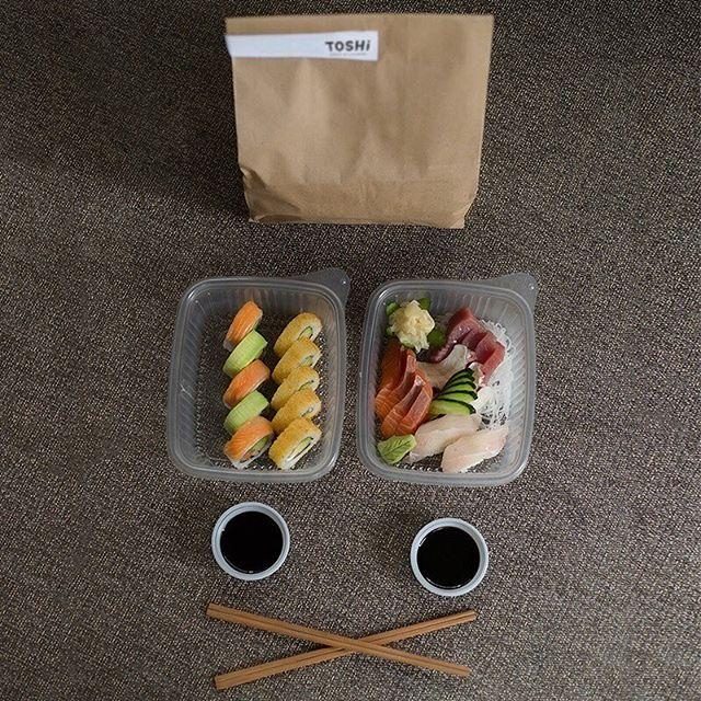 ¿No te dio tiempo de llevarte la comida al trabajo?😱😱 👉Recuerda que puedes hacer tu pedido por nuestras app´s de @diloo_app y @ubereats_peru 🔝🔝😋 . . . . . . #toshi #nikkei #lovefood #love #instagood #makis #sushi #picoftheday #food #igers #instagram #instamood #photography #foodporn #instapic #instafood #instacool #gastronomy #foodstagram #peruvianfood #comidajaponesa #japanesefood #Lima #Peru #gourmet #toshifans #trendy #instafoodies #fooddies #delivery