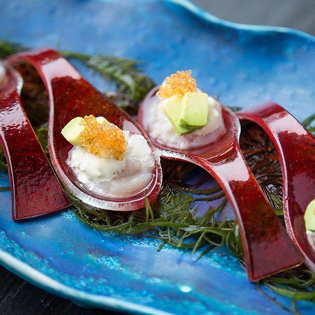 #AntojitosDeMiércoles 😋 Hoy: Conchas Maca Tobico: Deliciosas conchas de abanico, leche de tigre, ralladura de maca y caviar de pez volador.🔝🔝 ¡Una entrada que no te puedes perder! . . . . . . #toshi #nikkei #lovefood #love #instagood #makis #sushi #picoftheday #food #igers #instagram #instamood #photography #foodporn #instapic #instafood #instacool #gastronomy #foodstagram #peruvianfood #comidajaponesa #japanesefood #Lima #Peru #gourmet #toshifans #trendy #instafoodies #fooddies