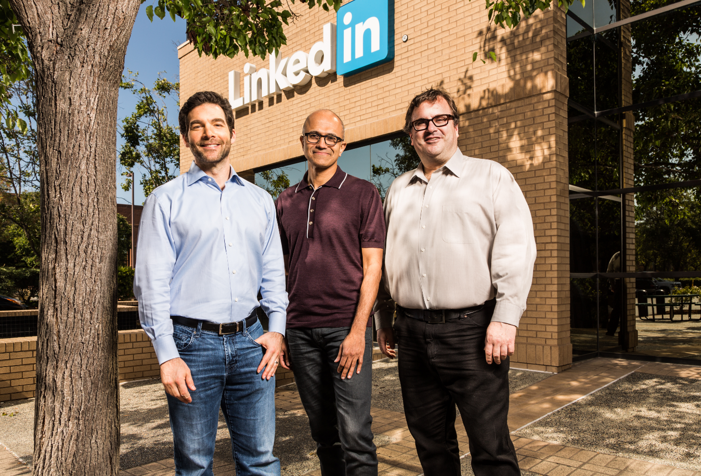 LinkedIn employees standing in front of LinkedIn HQ. Link for Photo Credit: http://news.microsoft.com/2016/06/13/microsoft-to-acquire-linkedin/#sm.0000027kz7v7sbet7vhzyssbdsumu