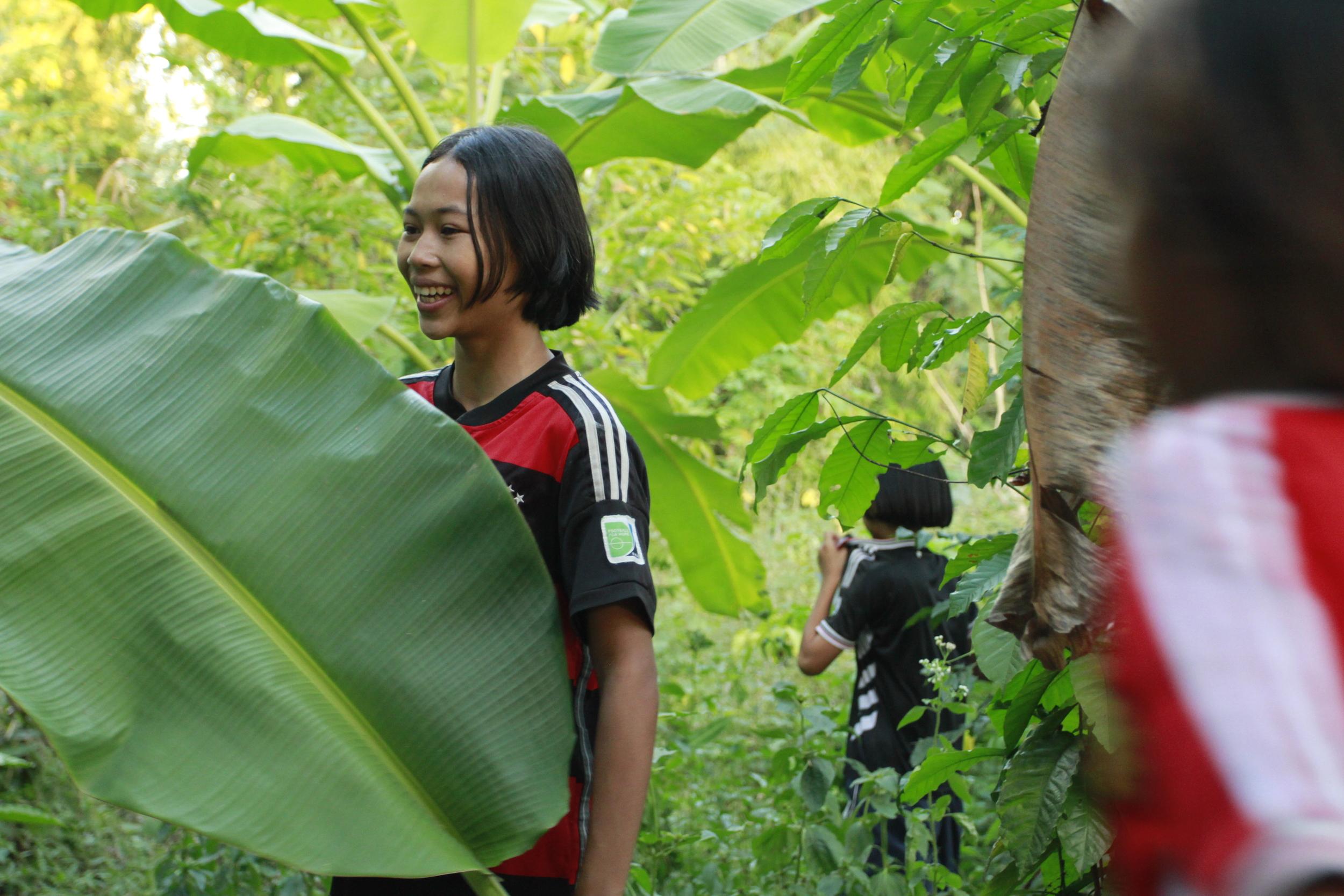 Min collecting banana tree leaves to make the krathong