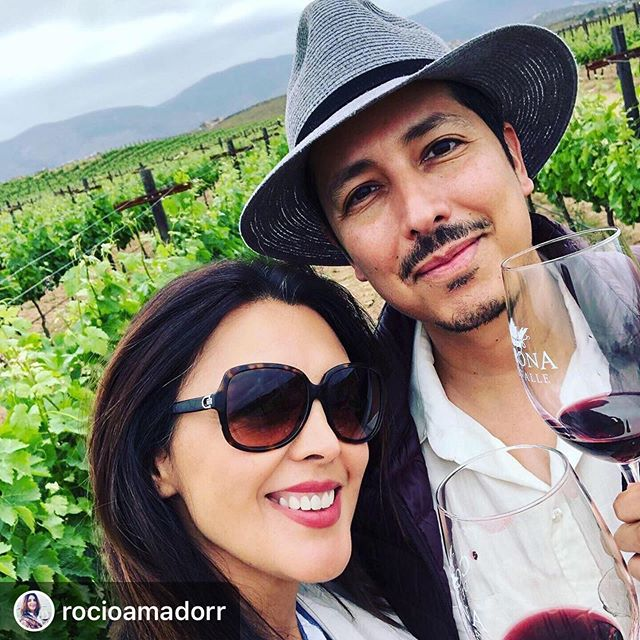 Mejor tarde que nunca. Con familia y con una de las futura MWs de MX.  #Repost @rocioamadorr with @download_repost ・・・ @reyeswine.mw y familia bienvenidos a #Ensenada y su ruta del vino; encantados de lograr esta combinación entre trabajo y convivencia familiar !Salud con vino mexicano! / 🍷 Welcome to Ensenada MW Martin Reyes & family, very happy that we could organize this perfect combination between work and family fun !Cheers with Mexican wine! 🍷🍷🍷 🇲🇽🍷🍷🍷🇲🇽 #masterofwine #vinomexicano #mexico #bajacalifornia #valledeguadalupe #wine